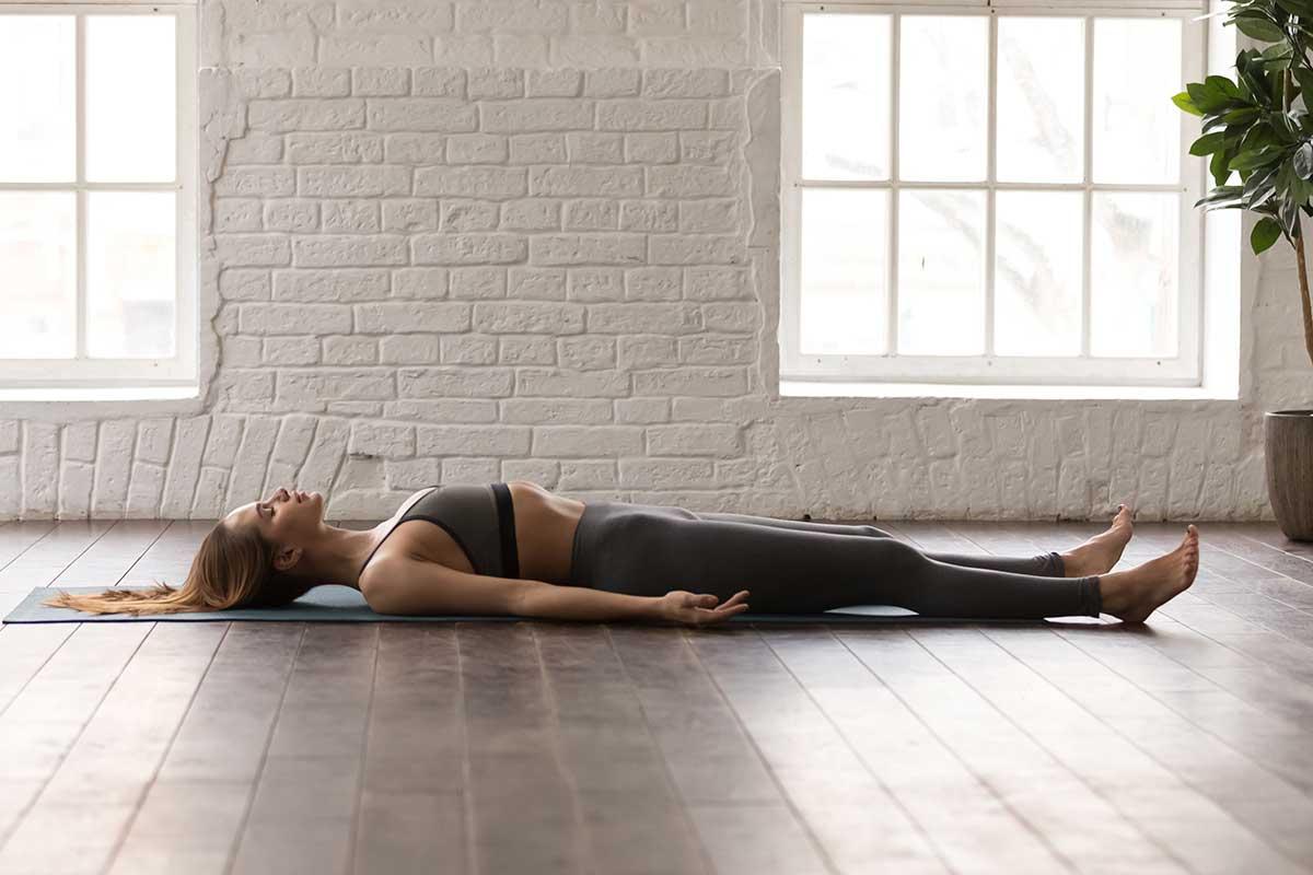 posturas de yoga acostada